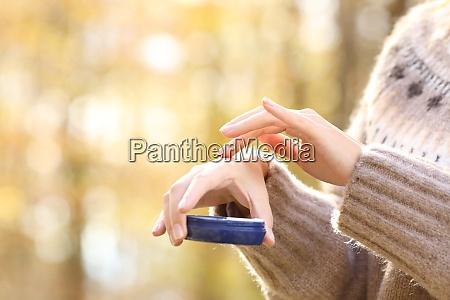 woman with dry skin applying moisturizer