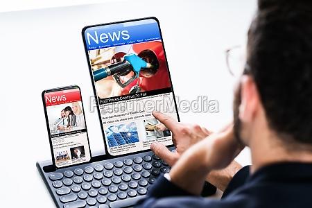 read online news media on laptop
