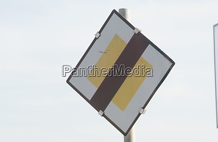 give way or yield sign