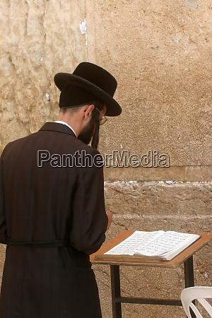 jewish man pray at the western