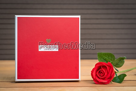 red roses with gift box