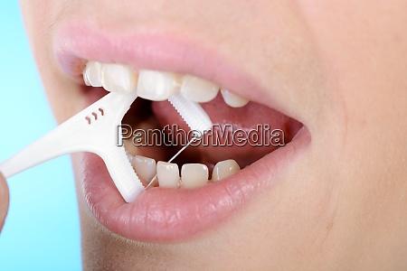 zahnpflege mit zahnseide