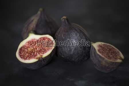 whole and sliced figs