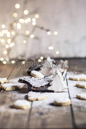 tree shaped christmas cookies with powdered