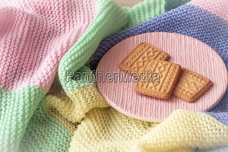 golden cookies with knitted effect scattered