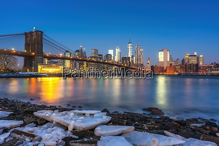 brooklyn bridge and manhattan at winter