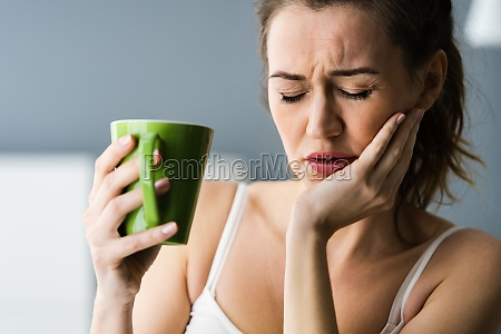 tooth ache and pain drinking coffee