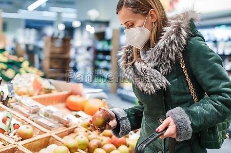 woman wearing ffp2 face mask shopping