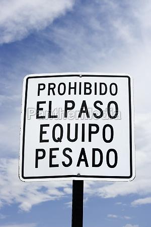 heavy equipment prohibited sign spanish