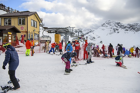 skiers climb the cable car at
