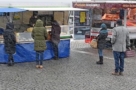 wochenmarkt in gmunden im winter waehrend