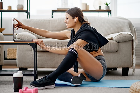 woman sitting at the laptop online