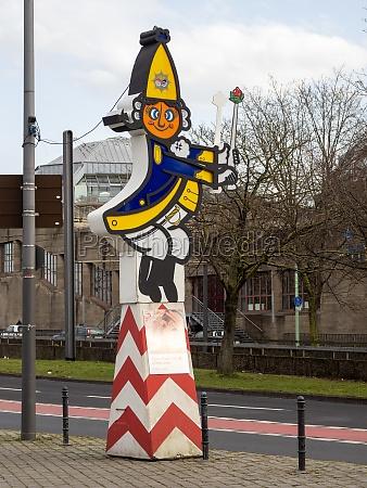 grosse karnevalsfigur am zugweg des ausgefallenen