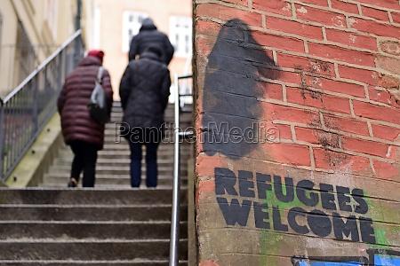 graffiti refugees welcome auf einer hausmauer
