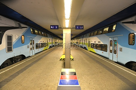 ein zug der westbahn im westbahnhof