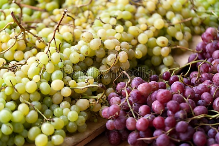 red and white grapes on