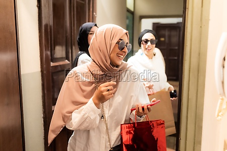 young women arriving at apartment