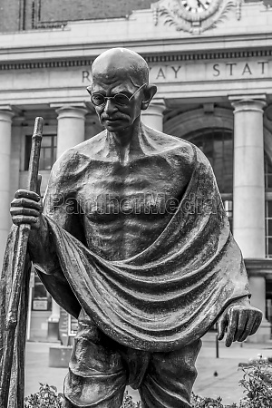 mahatma gandhi statue wellington railway station