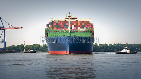 containergiant during berthing manoeuvre at tollerort