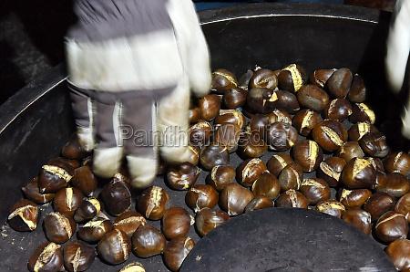 maroni auf einem weihnachtsmarkt im salzkammergut