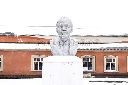 monument to lenin in the winter