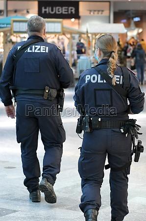 polizeikontrolle in einem einkaufszentrum in OEsterreich