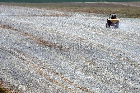 traktor beim kalkausbringen im salzkammergut OEsterreich
