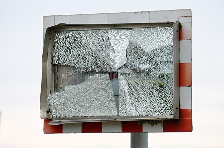 zerbrochener beschaedigter verkehrsspiegel broken damaged