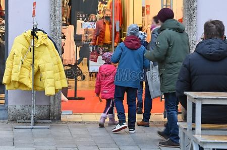 weihnachtseinkauf auf dem stadtplatz in steyr