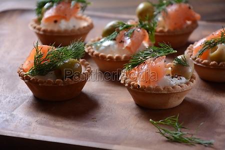 tartalets with fresh salmon philadelphia cream