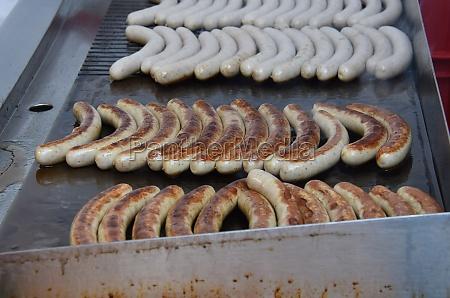 bratwuerstel bei einem weihnachtsmarkt im salzkammergut
