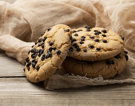 round cookies with pieces of chocolate