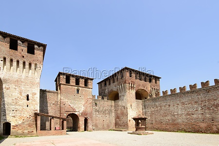main courtyard north view soncino castle