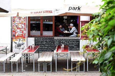 strassenszene mit gastgarten in hamburg deutschland