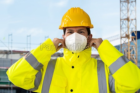 construction engineer wearing ffp2 face mask