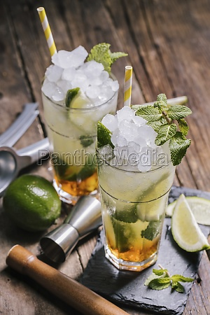 mojito cocktails with ice and mint