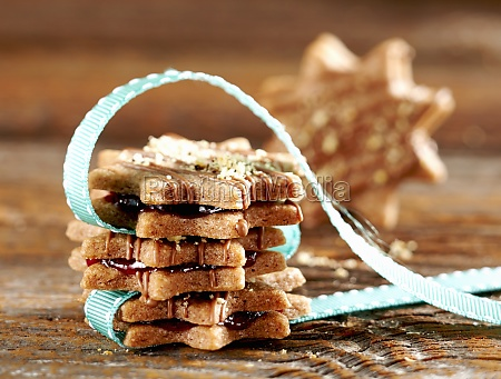 nuremberg red wine biscuits with strawberry