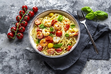spaghetti with tomatoes shrimps and basil