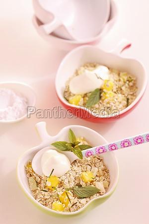 amaranth and quinoa muesli with pineapple