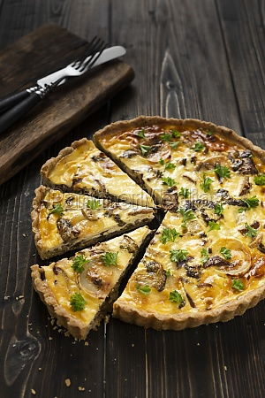 tart with mushrooms and goat cheese