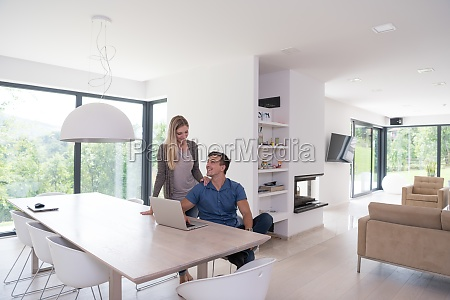 couple, using, laptop, at, home - 30028209