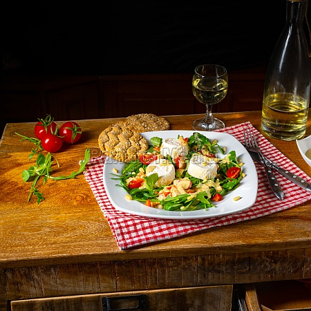 rocket salad with goat cheese and