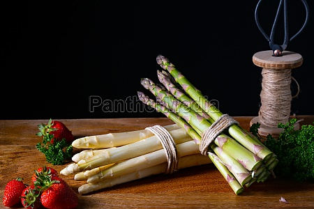 green and white asparagus on the