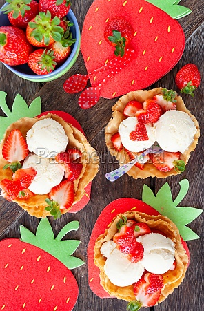 vanilla ice cream with strawberries