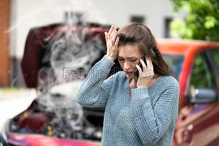 woman talking to reliable car mechanic