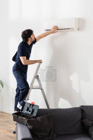 equipment, caucasian, man, modern, service, home - B473660772